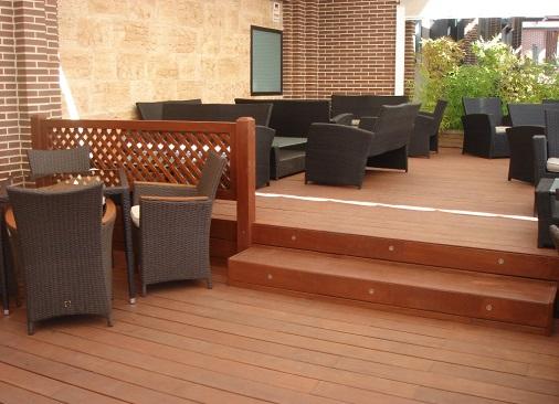 Tarima de madera en terraza de verano