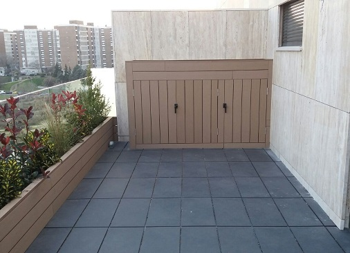 Armario para exterior con jardinera en la parte superior.