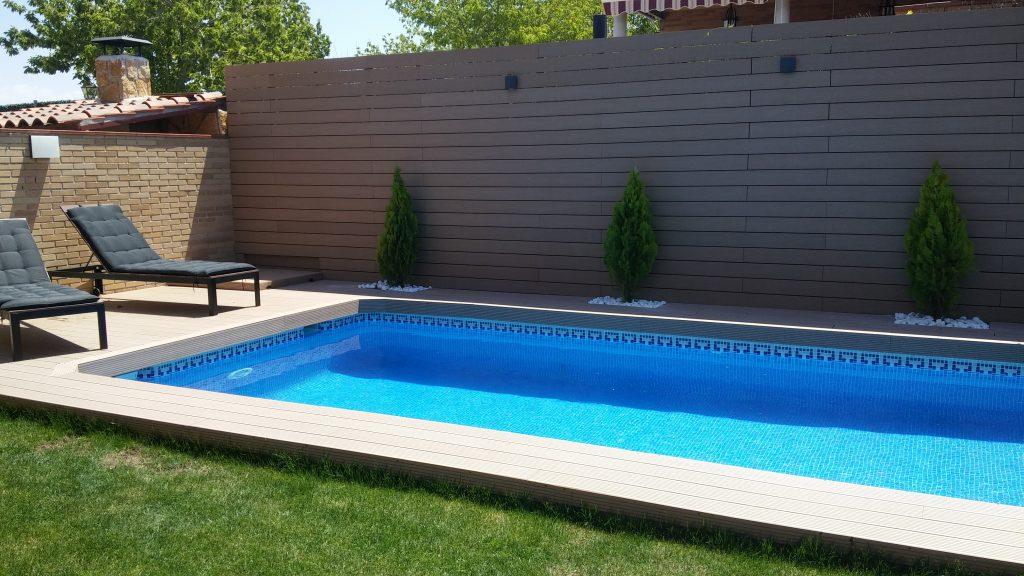 Decoración de piscina con tarima sintética