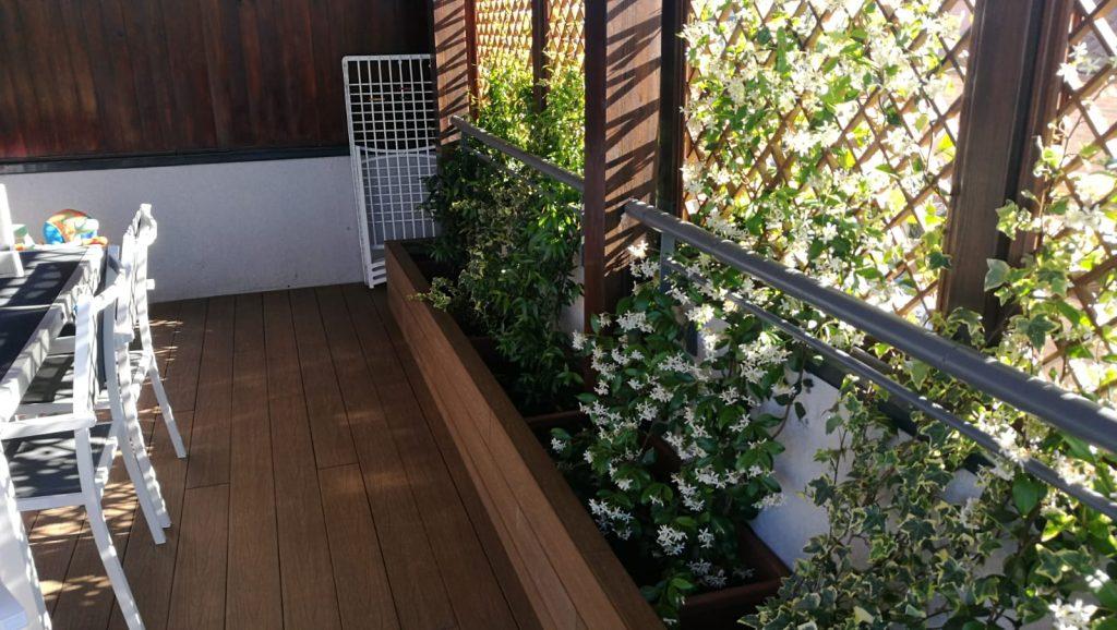 Porche de madera, suelo tarima sintética