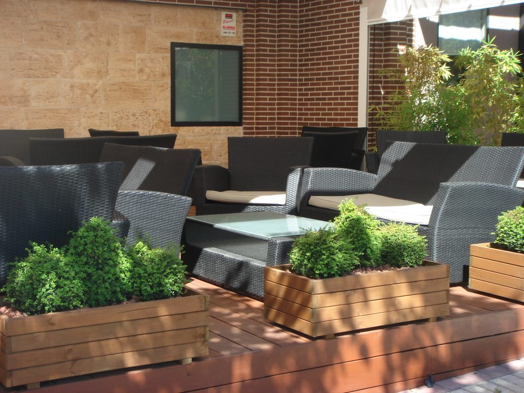 Terraza-hosteleria-con-jardineras-Boadilla